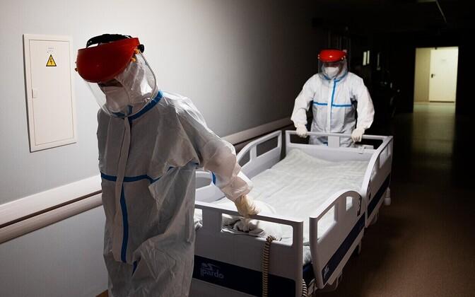 Leedu Panevežyse haigla sanitarid töötamas.