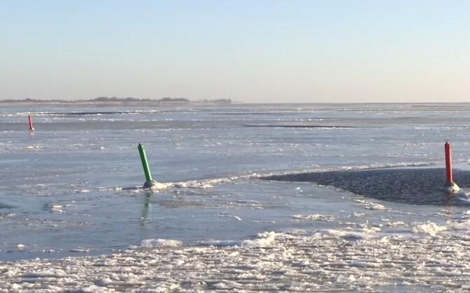 Лед на Теплом озере еще недостаточно толстый.