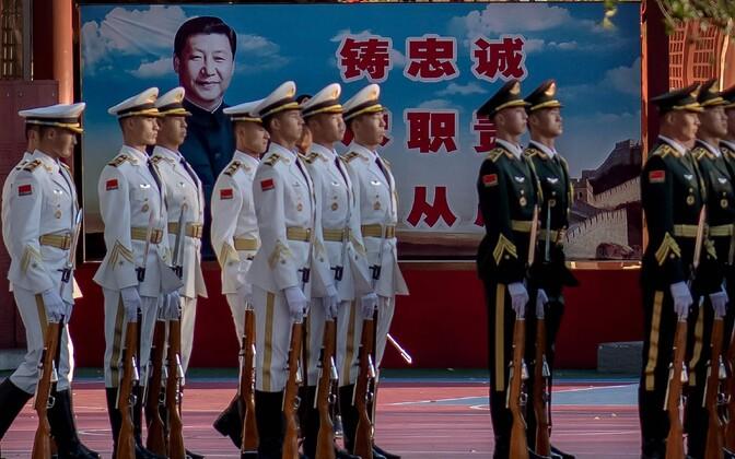 Hiina sõdurid paraadiks valmistumas.