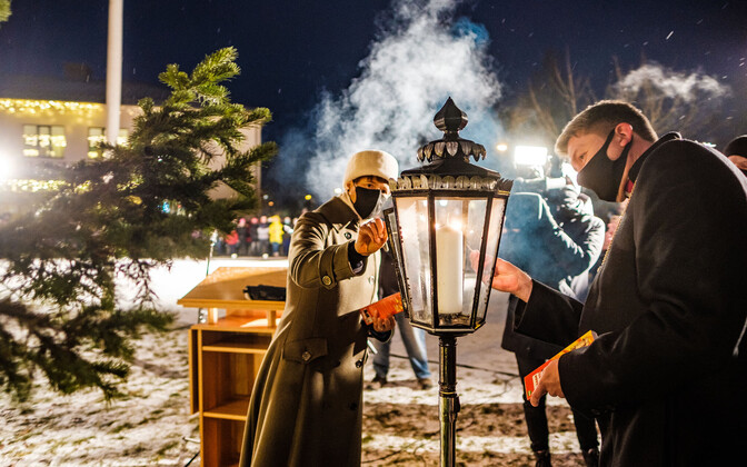 President Kersti Kaljulaid and Archbishop of the Estonian Evangelical Lutheran Church Urmas Viilma light the Christmas peace candle in Jõgeva.