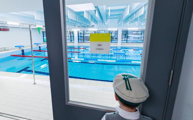 Tallinna Saksa gümnaasiumi õpilane ujula uksel