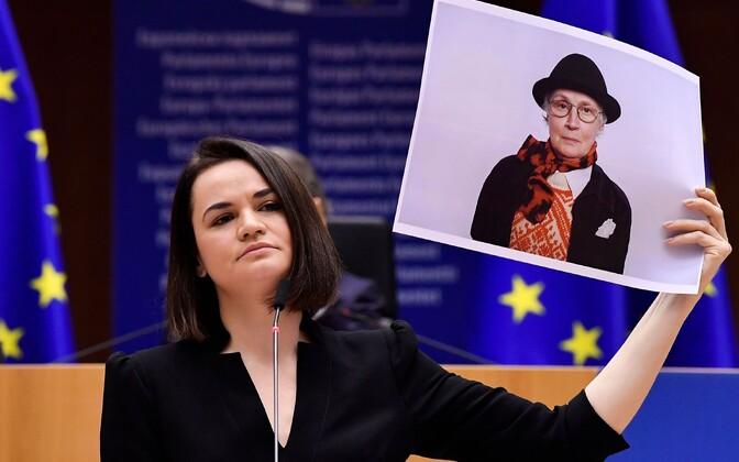 Светлана Тихановская во время выступления в Европарламенте показывала портреты протестующих.