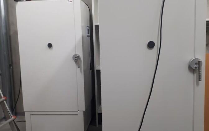 Установка холодильников для хранения вакцины.