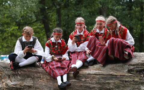 Epp Annuse sõnul sulandusid lõppeval kümnendil kokku paar sajandit vana maarahva-kujutelm ja Eesti selle sajandi digitaalne edulugu.
