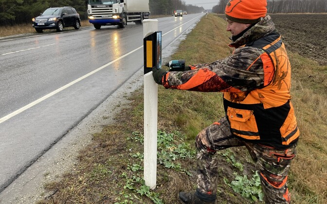 Installation of deterrent reflectors on Tallinn-Narva highway.