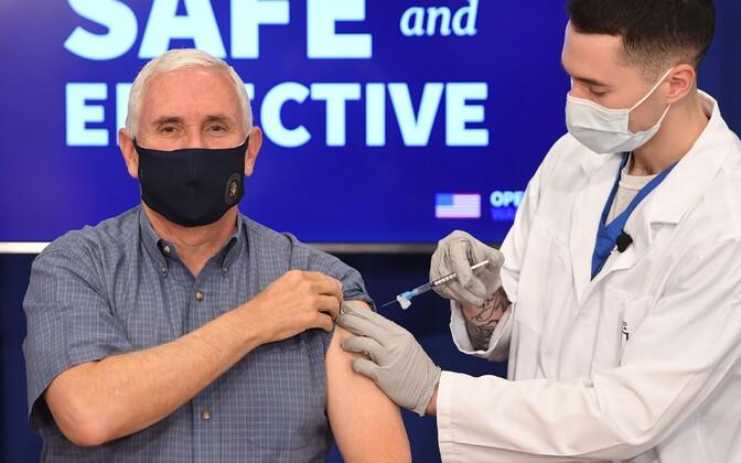 Майкл Пенс публично вакцинировался от коронавируса.