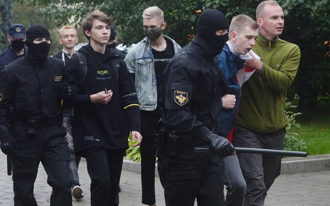 Valgevene miilitsa eriüksuslased tänaval kinnivõetud noorukeid ära viimas.