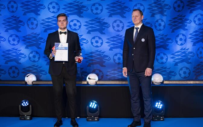 Jalgpalligalal tunnustati aktiivsemaid kohtunikke. Fotol Oliver Väät