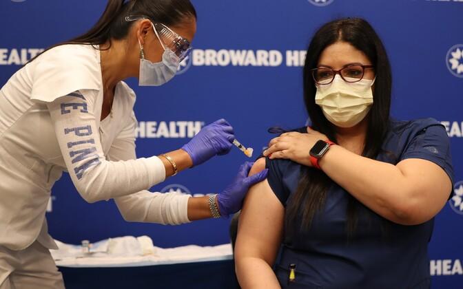 Meditsiinitöötaja vaktsineerimine Fort Lauderdale'is.