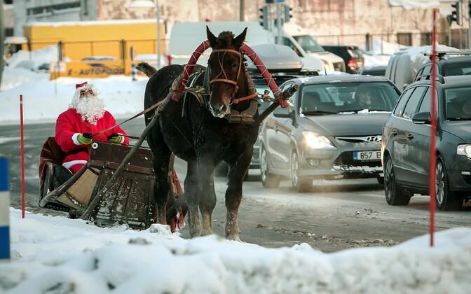 Jõuluvana reega mööda Pärnu ümbersõiduteed sõitmas.