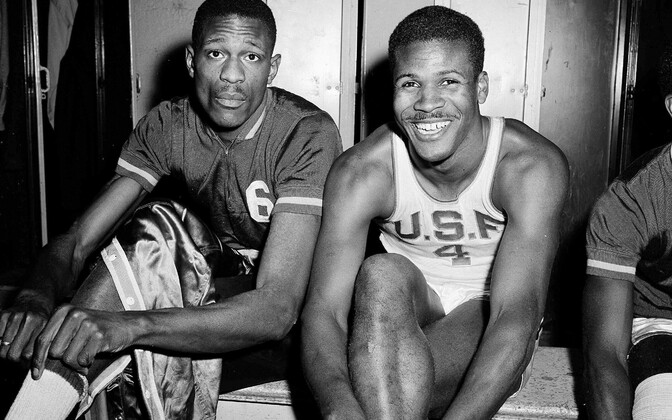 K.C. Jones (paremal) ja Bill Russell San Francisco ülikooli vormides