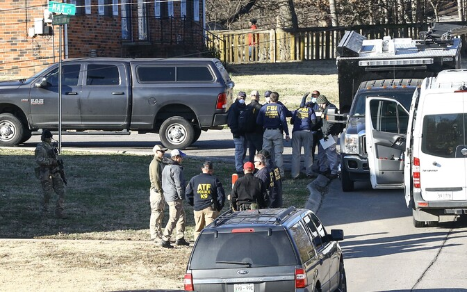 Föderaalagendid Anthony Quinn Warneri maja läbi otsimas.