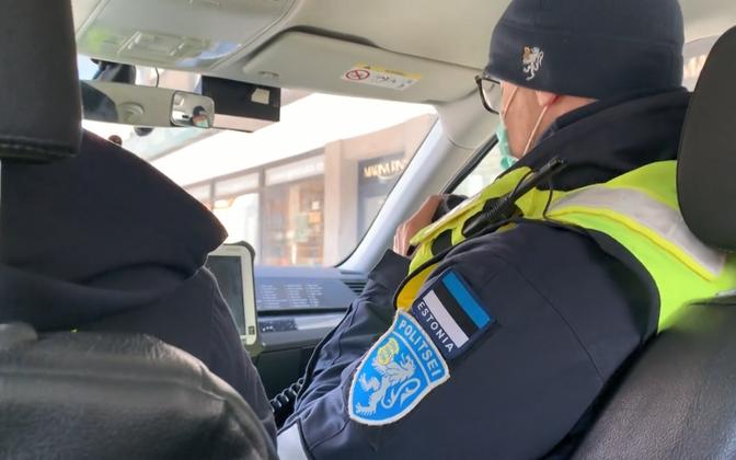 Politsei hoiatas kevadel tänavatel inimesi, et nad 2+2 reeglist kinni peaks.