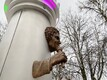 Skulptor Mati Karmini loodud Jaak Joala monumendi paigaldamine.