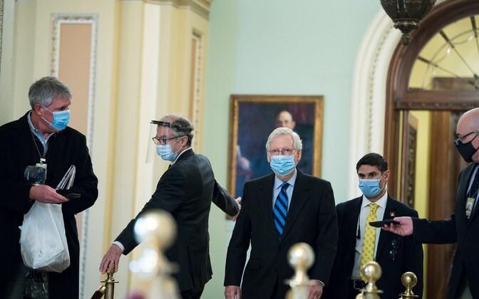 Senati enamuse liider Mitch McConnell (keskel) teel 1. jaanuari istungile