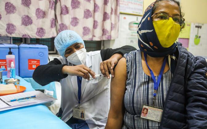 India tervishoiutöötajad vaktsineerimist harjutamas. Üle riigi toimus  vaktsineerimis-õppus, et testida, millised on puudujäägid süsteemis.