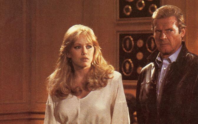 Tanya Roberts ja Roger Moore filmis