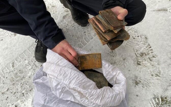 Kuusakoski andis neljapäeval Paide politseile üle 40 kilo Reopalu kalmistult varastatud hauatähiste vaskplaate. Jälgede segamiseks olid plaadid kokku volditud.