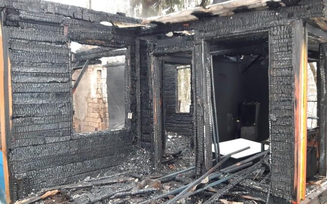 Сгоревший садовый домик.