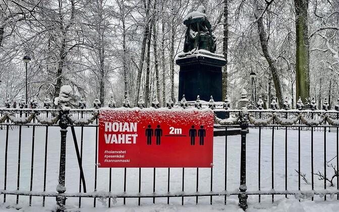 Плакат на тему коронавируса в Тарту.