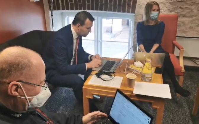 Valdo Randpere, Lauri Läänemets and Kaja Kallas in Anti Poolamets' cabinet.