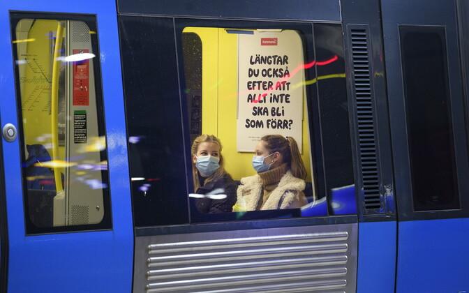 В Швеции в общественном транспорте необходимо носить маски.