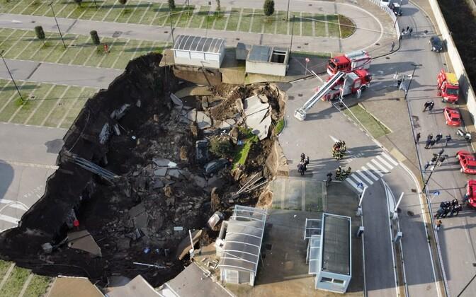 На месте провала образовалась воронка глубиной 20 м и площадью 2000 кв. м.