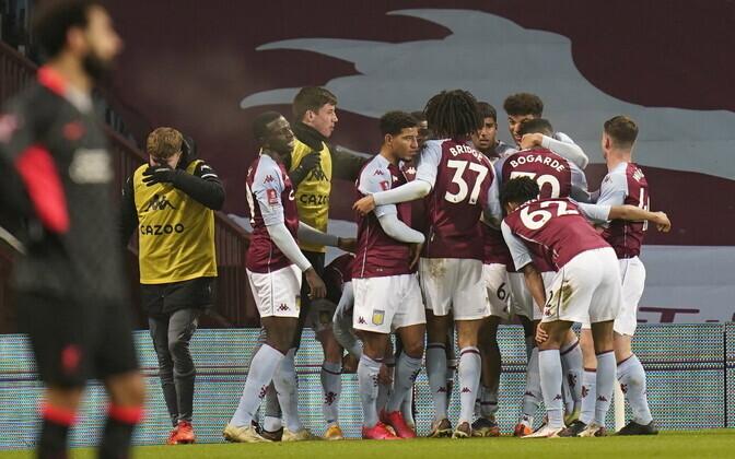 Aston Villa noormängijad Liverpoolile löödud väravat tähistamas