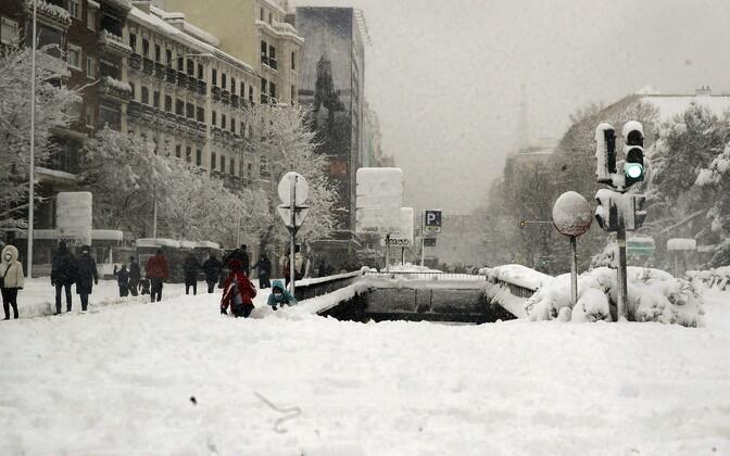 Из-за снегопада в Испании объявлен самый высокий уровень опасности.