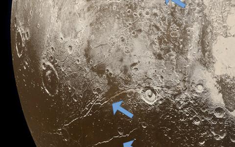 Arvatakse, et Pluuto oli tekkimise ajal kuum ning pole välistatud, et tema pidevalt külmeneva kooriku all on ookean, kus võib leiduda elu.