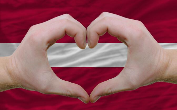 Сердечко на фоне флага Латвии.
