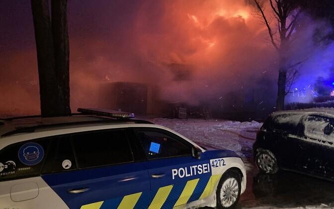 Полицейская машина на пожаре в деревне Аа.