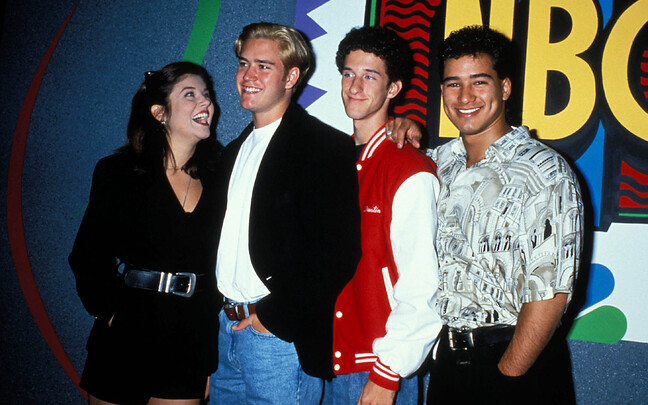 Tiffani Amber Thiessen, Mark Paul Gosselaar, Dustin Diamond ja Mario Lopez 1996. aastal