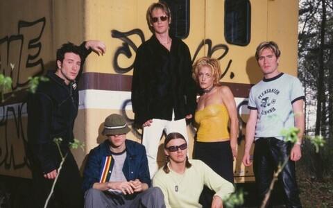 The New Radicalsi turneekoosseis Jim McGorman, Gregg Alexander, Stu Johnson, Sasha, Danielle Brisebois, Brad Fernquist) ajakirjas Q aastal 1999.