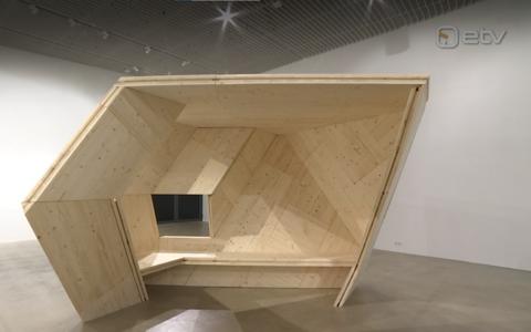 Üks näide puidu maksimaalsest kasutusest arhitektuuris on tootmisjääkidest disainitud bussipeatus, mida saab näha ka kolmapäeval EKA galeriis avataval näitusel.