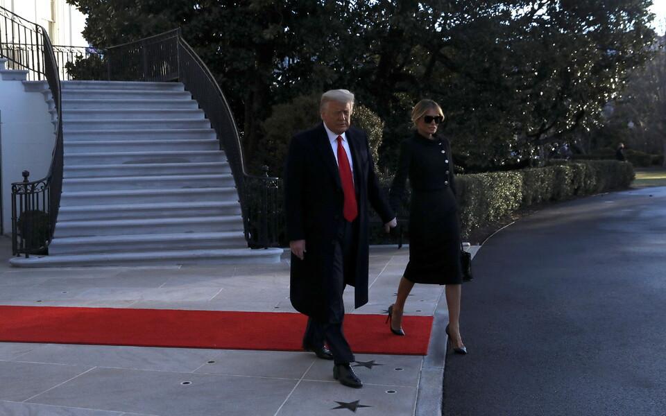 Президент Дональд Трам и его супруга Мелания покинули Белый дом.