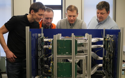 Gscani liikmed ja müüontomograafi laboriprototüüp: (vasakult) Madis Kiisk, Hannes Plinte, Andi Hektor ja Märt Mägi.