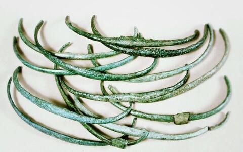 Kaarepuu-kujulised pronksesemed.