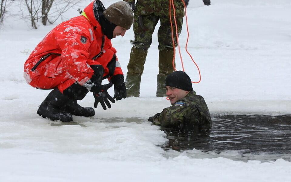 Военнослужащие Скаутского батальона Первой пехотной бригады отработали навыки выживания.