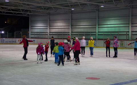 Uisutajad Viljandi jäähallis