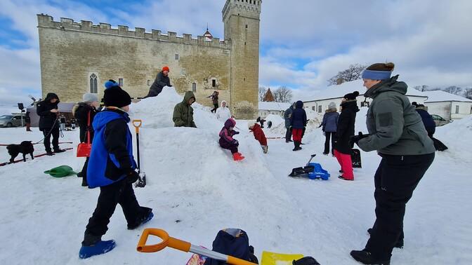 Galerii: Kuressaarde kerkis viikingiteemaline lumelinn