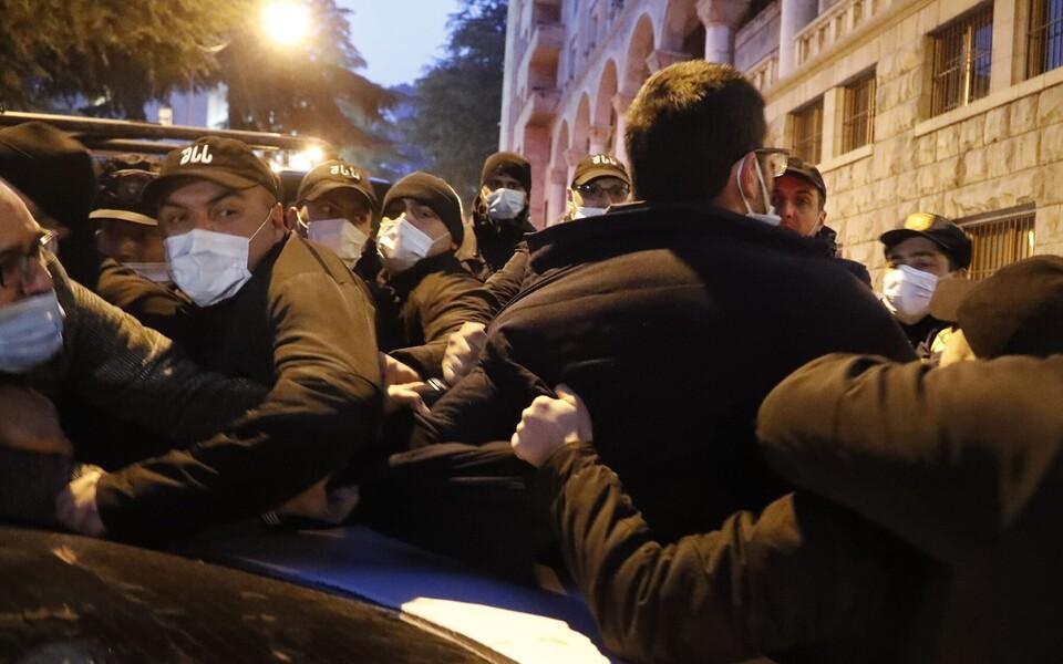 Сторонники Никаноры Мелии толкаются с полицейскими.