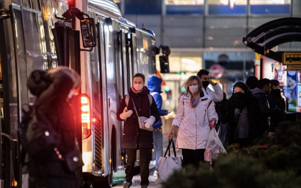 Остановка общественного транспорта в Хельсинки.