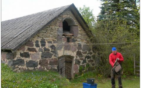 Eesti Geoloogiateenistuse meregeoloogia ja geofüüsika osakonna juhataja Sten Suuroja vanasse kartulikeldrisse rajatud seismojaama juures.