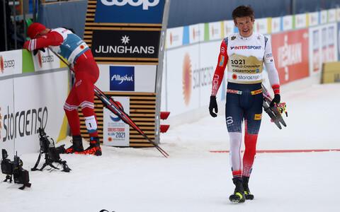 Johannes Hösflot Kläbo sai pärast finišit ka võitja särgi selga, taamal pisarais Aleksandr Bolšunov.