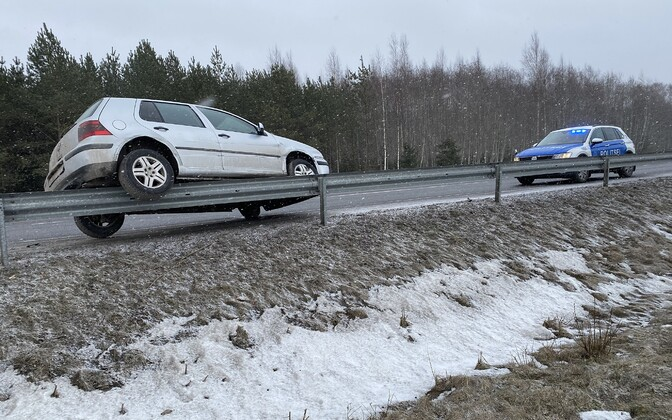 Unusual, but thankfully minor road accident on the highway between Türi and Paide during Saturday's bad weather.