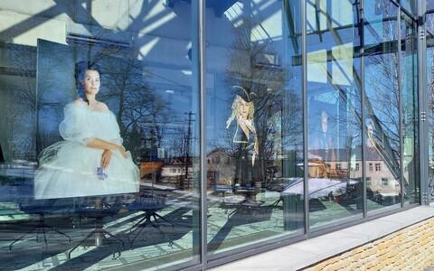 """Näitus """"Naise elu lõuend"""" Rakvere Teatrikino akendel."""