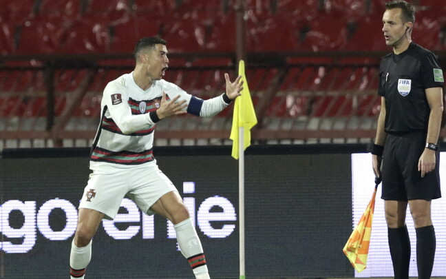 Cristiano Ronaldo MM-valikmängus Serbia vastu äärekohtunikule oma vaatenurka selgitamas