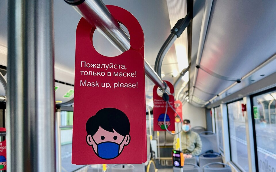 A sign asking passengers to wear a mask on a Tallinn bus.