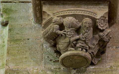 Saaremaal arvatavasti 13.-14. sajandi vahetusel ehitatud Karja kirik on tuntud rikkaliku dekoori poolest. Muu hulgas on pühakojas kujutatud abielu rikkuvaid kohalikke, keda võib ära tunda rõivaste järgi.